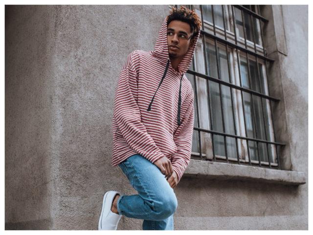 Męska stylizacja casual z bluzą w czerwone paski i jeansami